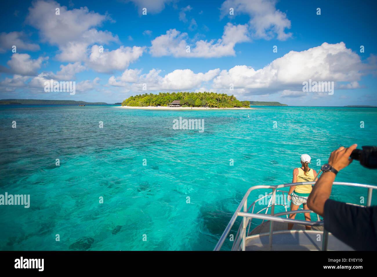 Los turistas ver Mounu Isla desde un barco; Vavau, Tonga Foto de stock