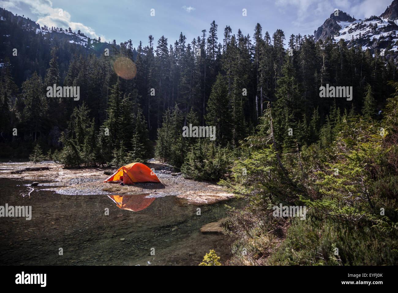 Travesía a lo largo del Camping Howe suena Crest Trail. Imagen De Stock