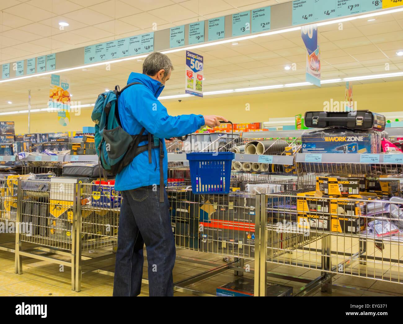 Hombre maduro compras en tienda de Aldi. UK Foto de stock