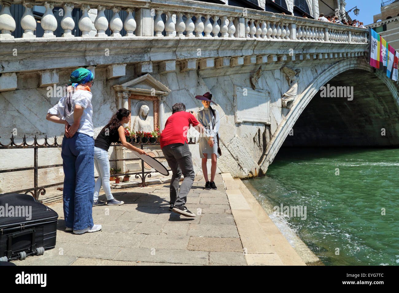 Sesión de fotos de moda profesional en Venecia, el Ponte di Rialto Bridge Imagen De Stock