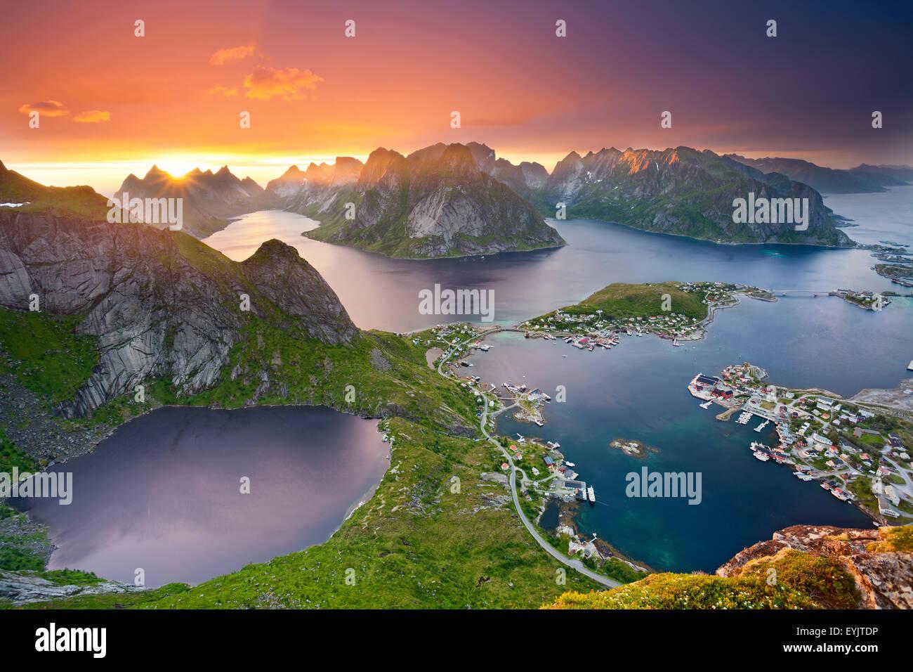 Noruega. Vista desde Reinebringen en las islas Lofoten, situado en Noruega, durante el verano, la puesta de sol. Foto de stock