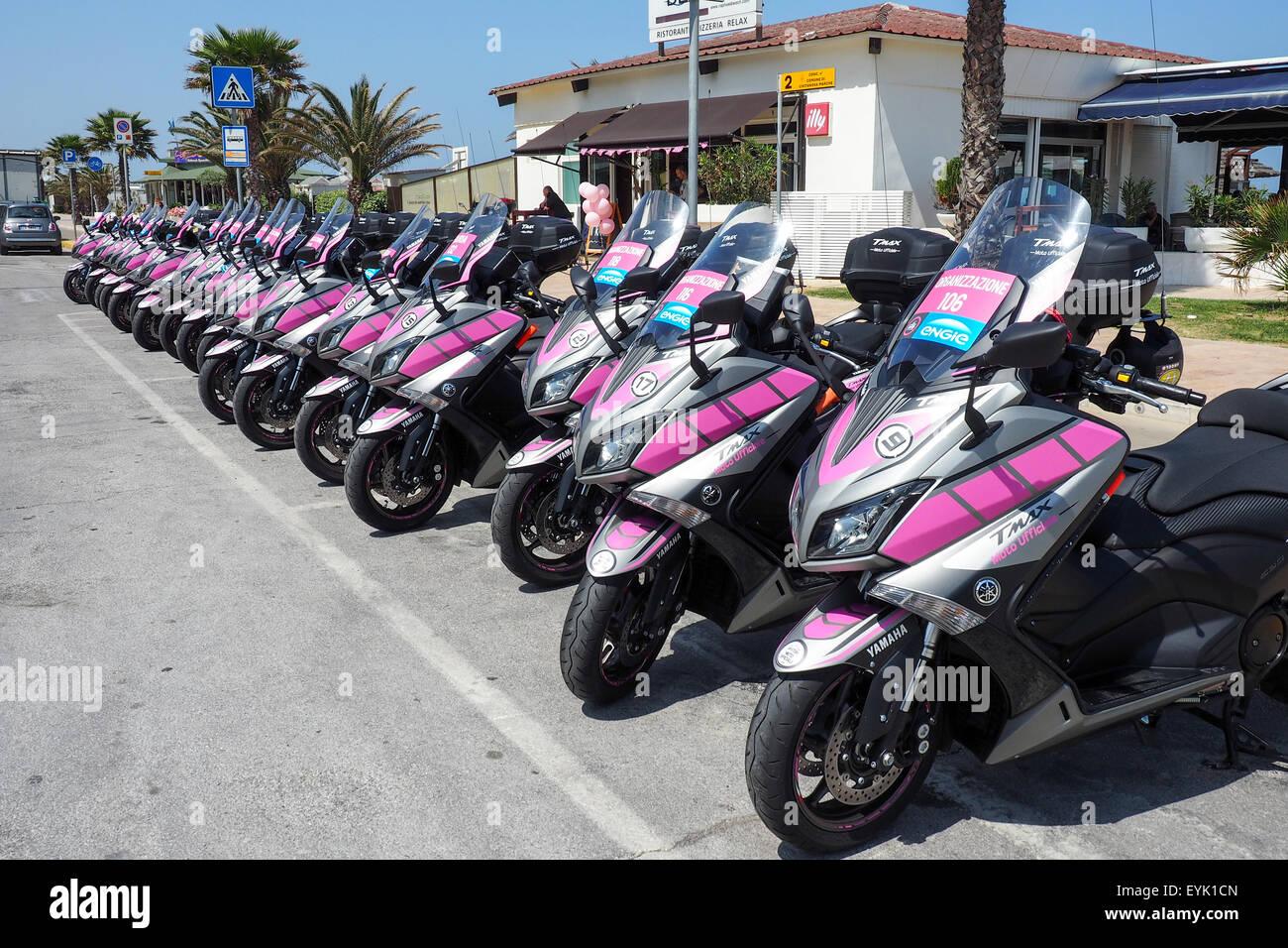 Fila del Giro d'Italia oficial motocicletas estacionados fuera de un restaurante. Imagen De Stock