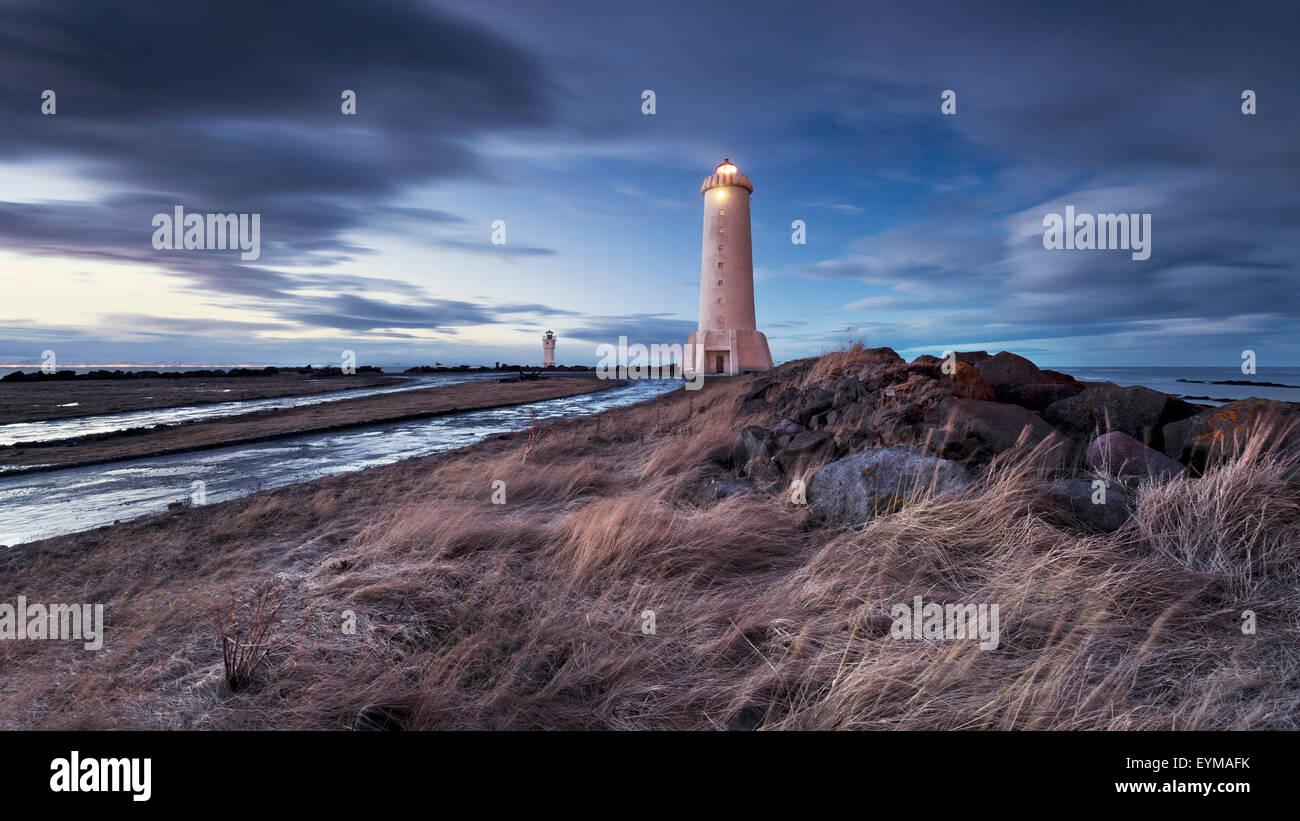 Akranes Anuncios, Faro, Islandia, la atmósfera, las luces, el mar azul, las nubes Imagen De Stock