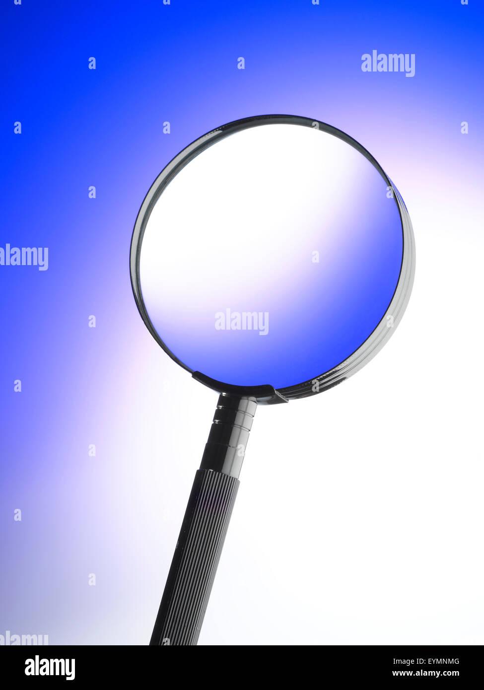 Lupa con fondo azul. Imagen De Stock