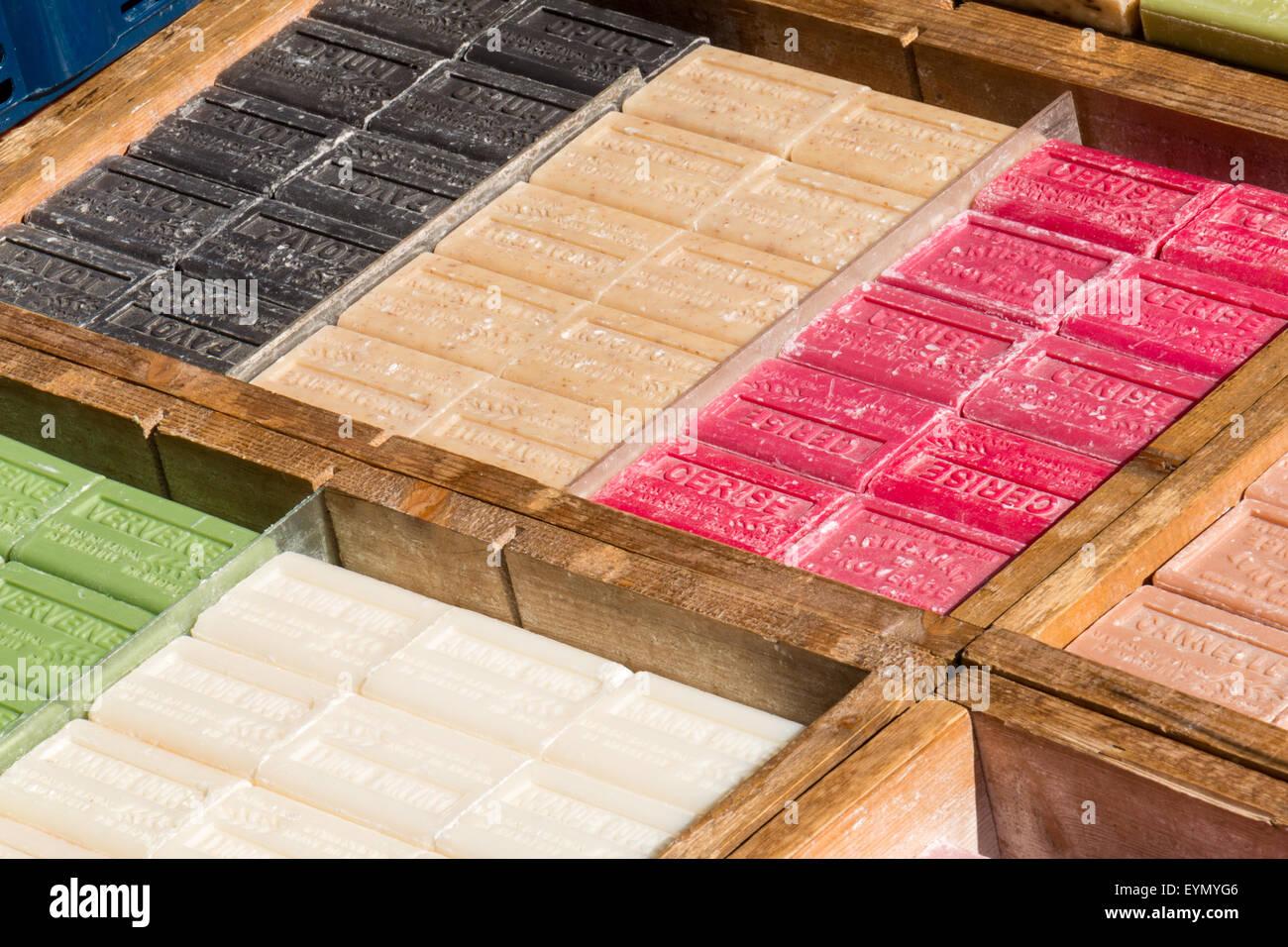 Surtido de barras de jabón para la venta en el mercado Foto de stock