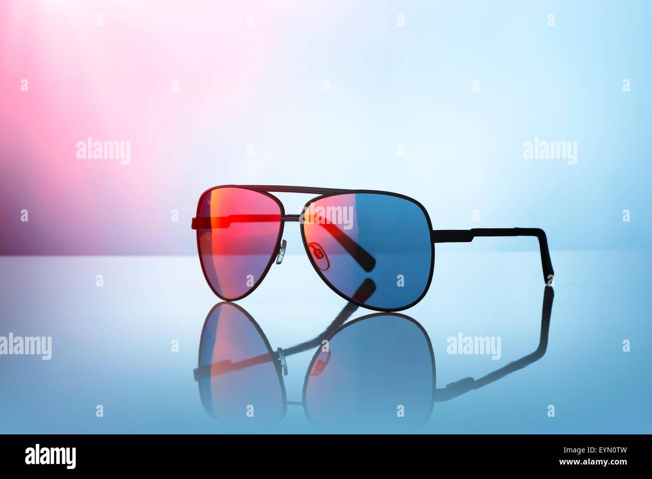 Gafas de sol sobre la superficie reflectante. Imagen De Stock