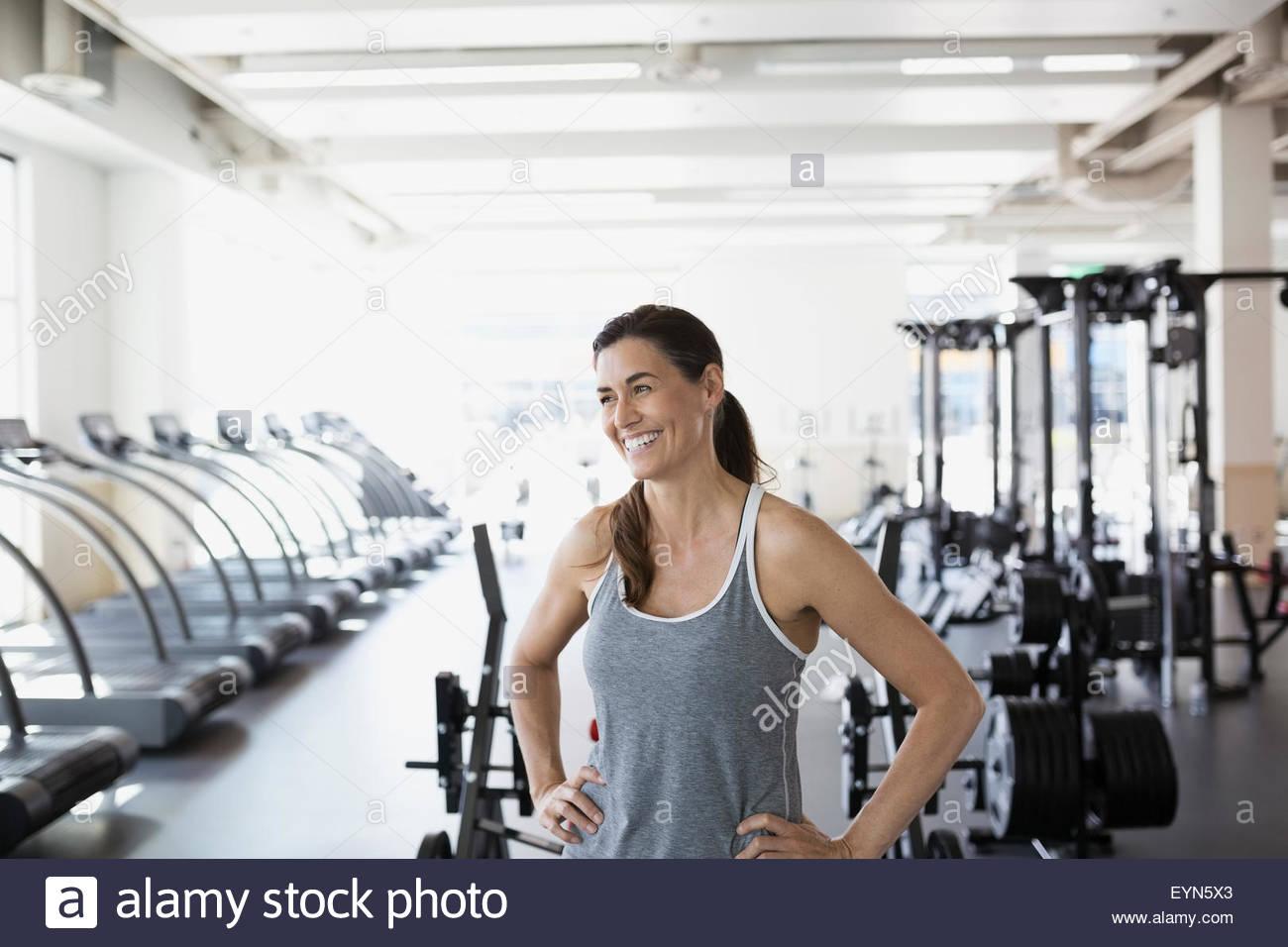 Laughing mujer mirando lejos en el gimnasio Imagen De Stock