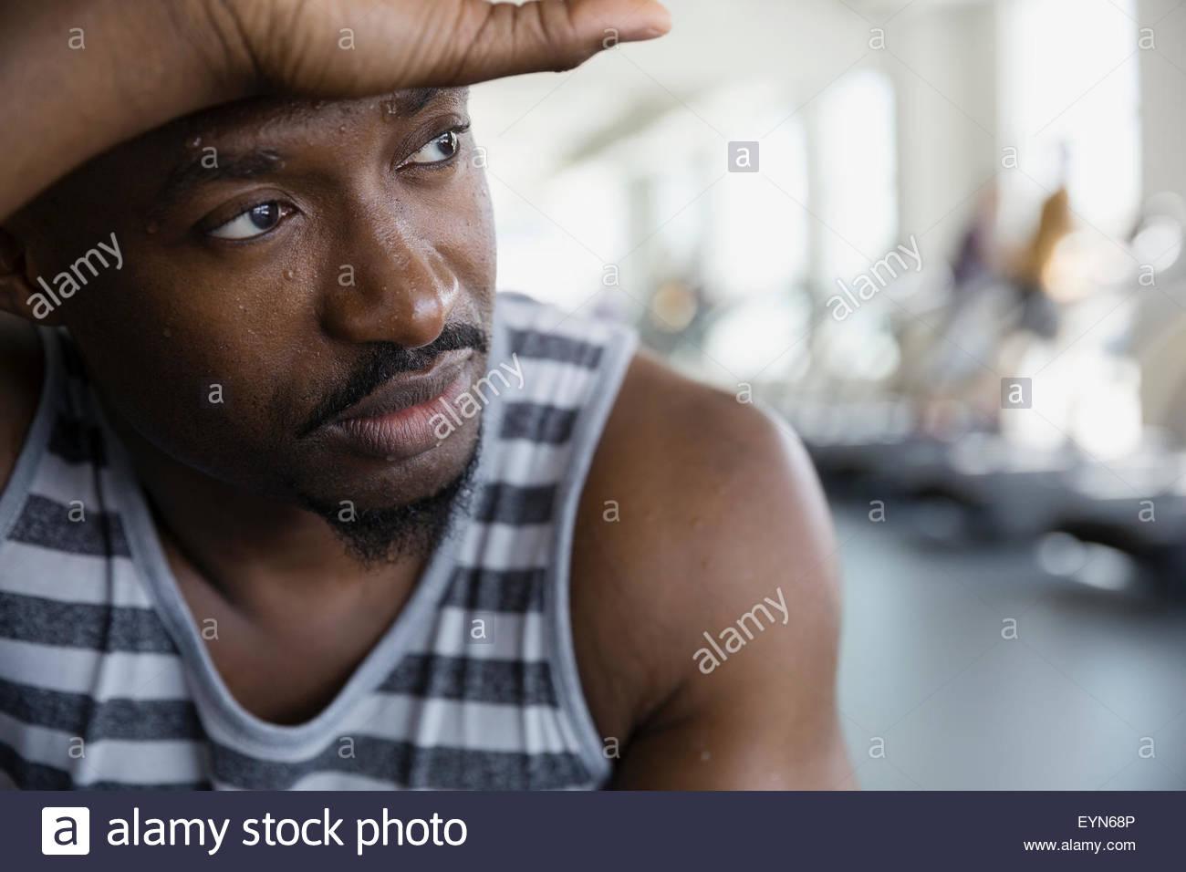 Cerrar retrato hombre cansado mirar lejos gimnasio Imagen De Stock