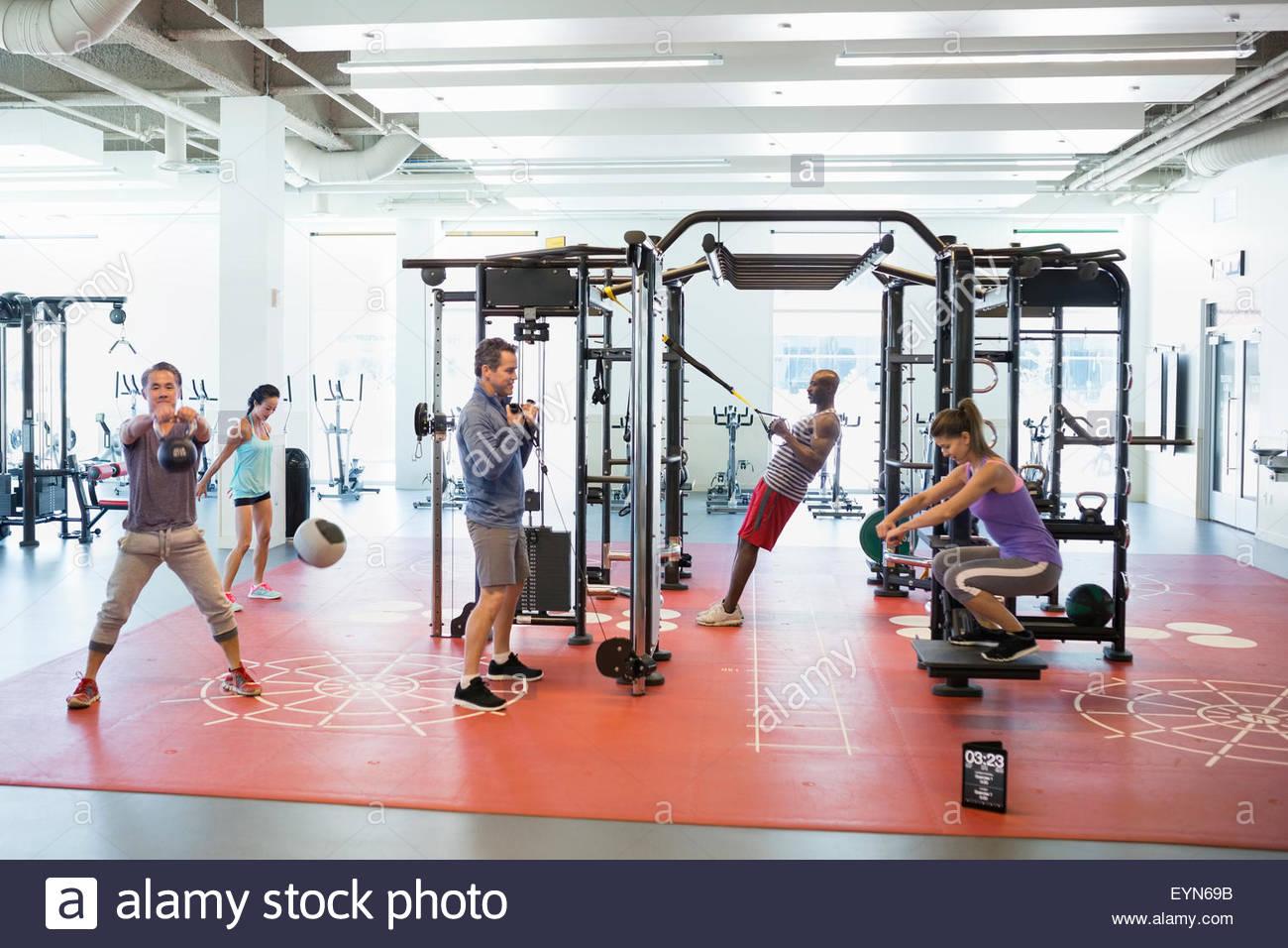 Las personas haciendo ejercicio en el gimnasio Imagen De Stock
