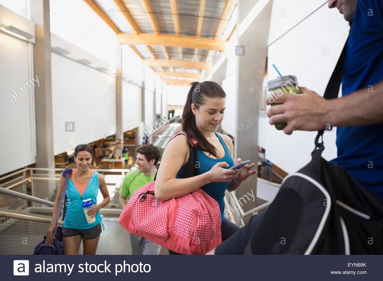 Amigos hablando y uso de teléfono celular en el gimnasio Imagen De Stock
