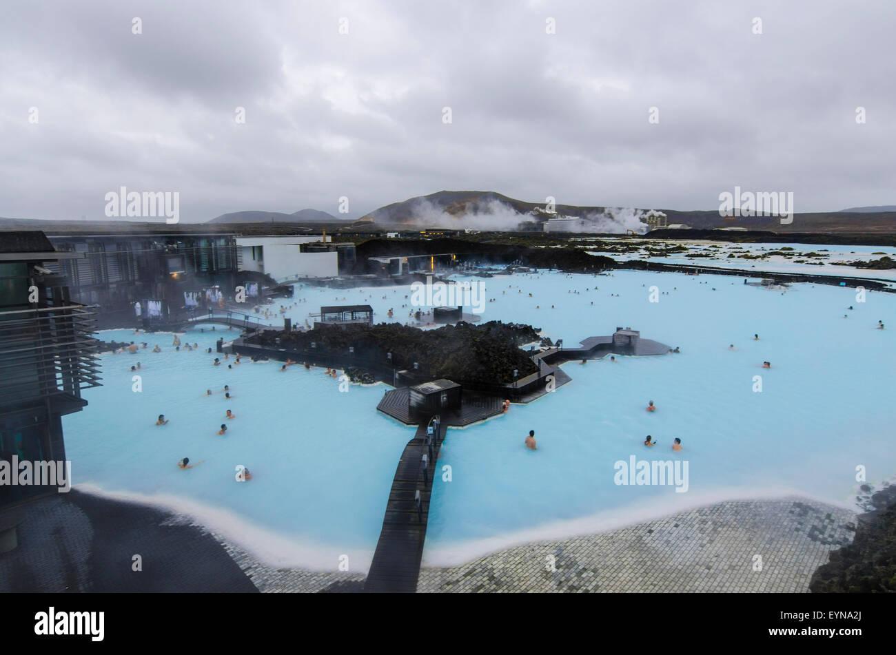 Blue Lagoon Spa Geotermal con energía geotérmica en el fondo, Islandia Powerplant Imagen De Stock