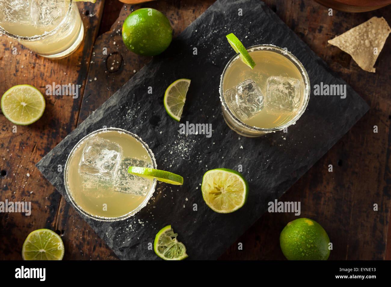 Margarita clásica bebida caseras con limón y sal Imagen De Stock