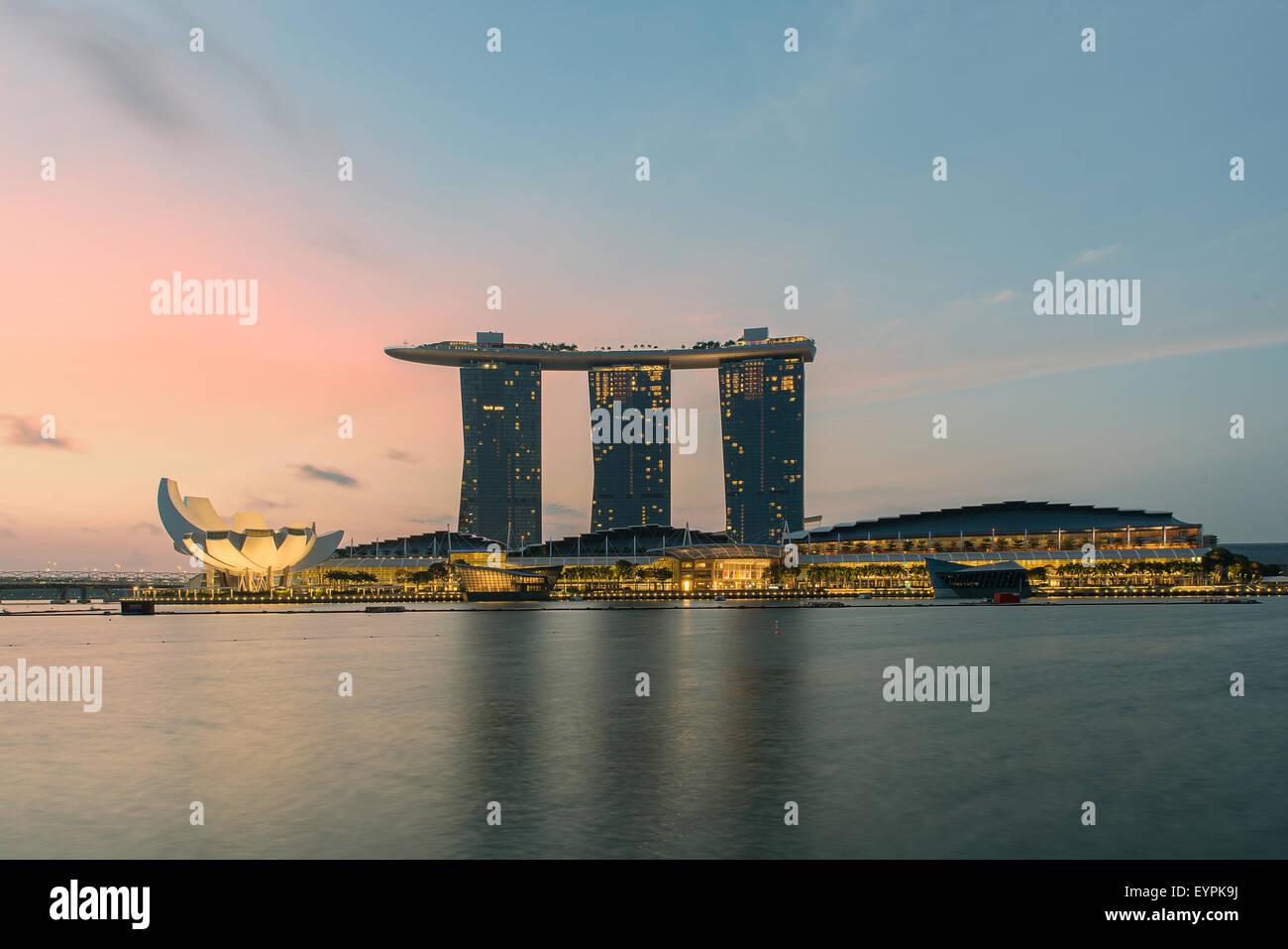 El horizonte de la ciudad de Singapur por la noche Imagen De Stock
