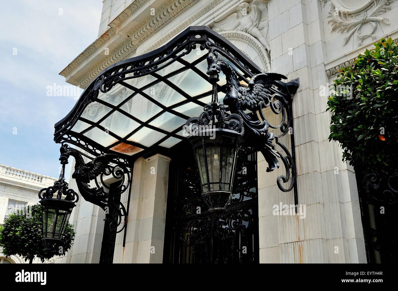 En Newport, Rhode Island: Double dragons celebrar grandes linternas flanquean la puerta de entrada a la mansión Imagen De Stock