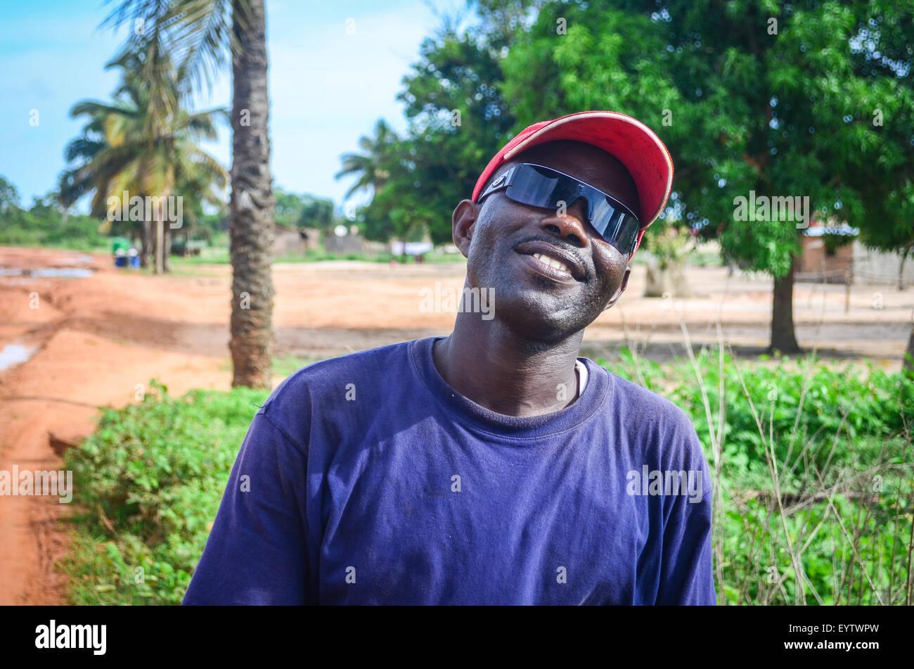 Los angoleños con gafas de sol sonriente, en las carreteras de la provincia de Zaire, Imagen De Stock