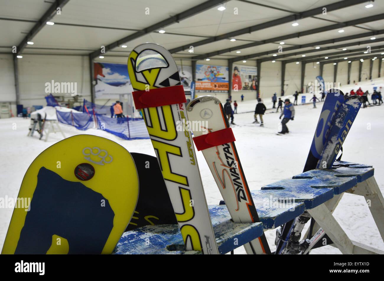 AUCKLAND - 31 de julio de 2015:tablas de snowboard en rack Snowplanet.es Nueva Zelanda La primera nieve interior Imagen De Stock
