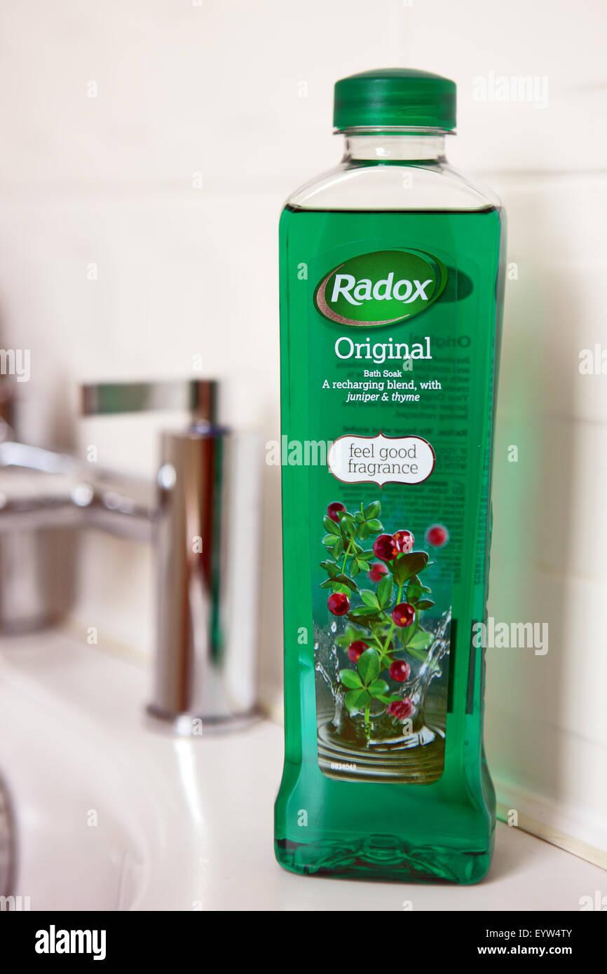 Botella de Radox baño de burbujas en el borde de la bañera Imagen De Stock