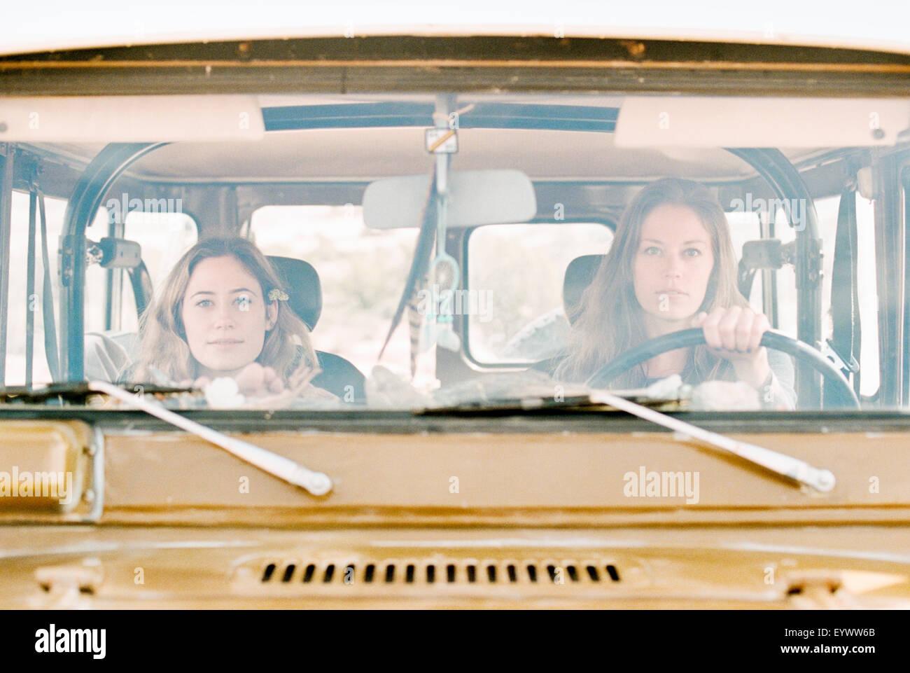 Dos mujeres en una excursión en el desierto, la conducción en 4x4. Imagen De Stock