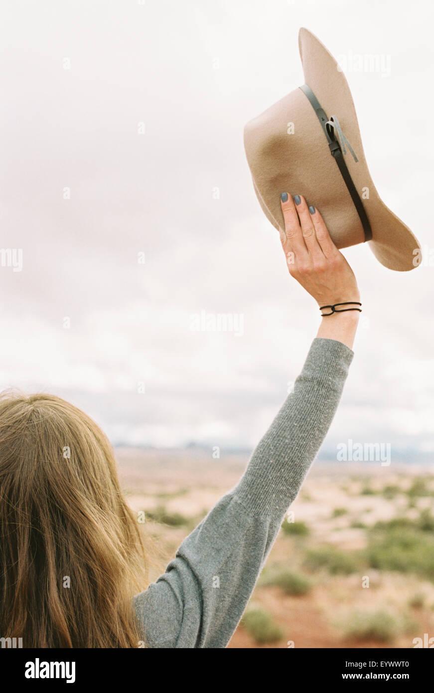 Mujer de pie sus brazos levantados en el aire. Imagen De Stock