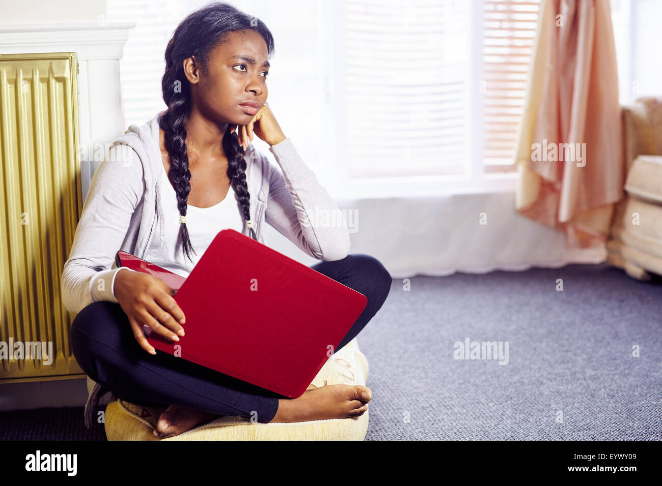Frustrado chica étnicos sat interiores Imagen De Stock