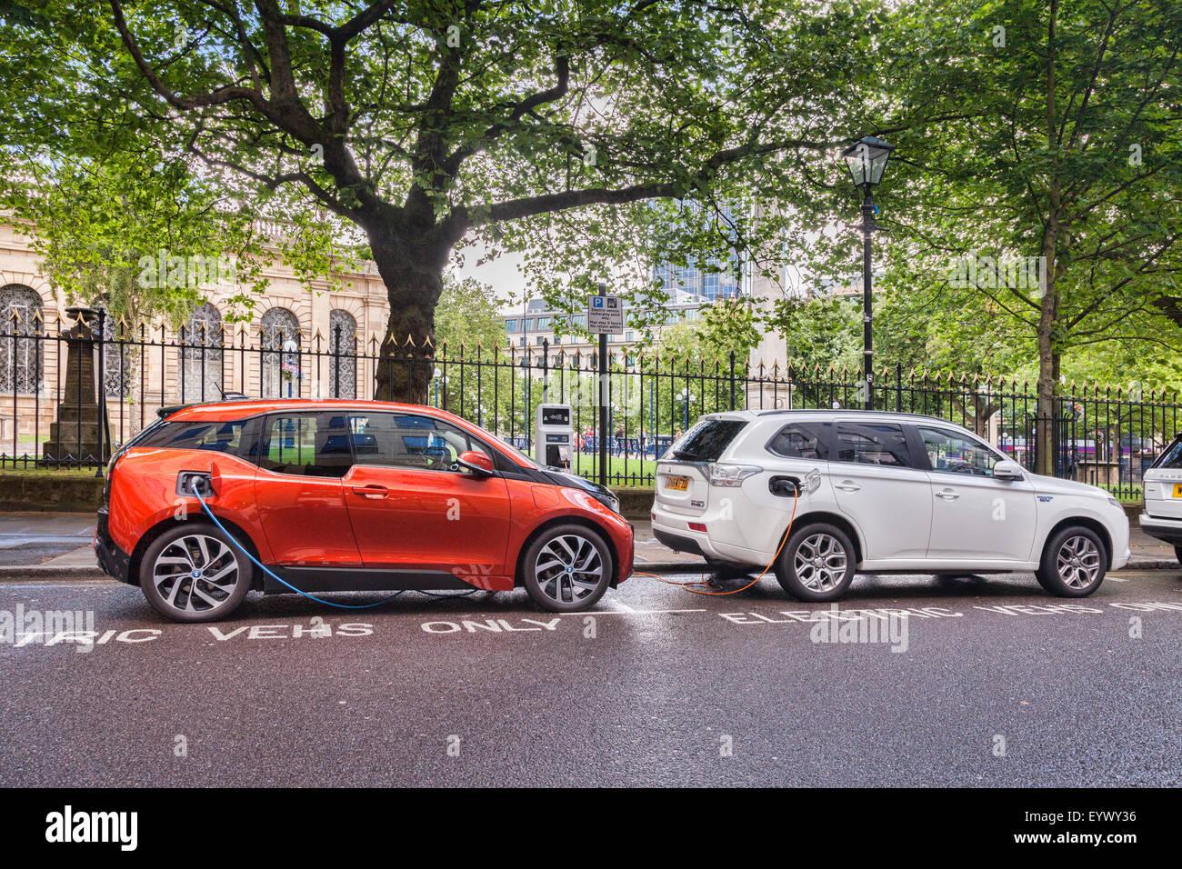 Los coches eléctricos está cargada en el centro de Birmingham, West Midlands, Inglaterra Imagen De Stock