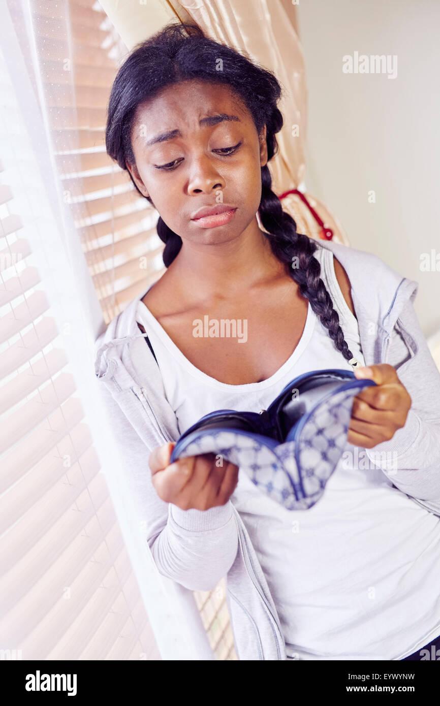 Chica busca en el bolso Imagen De Stock