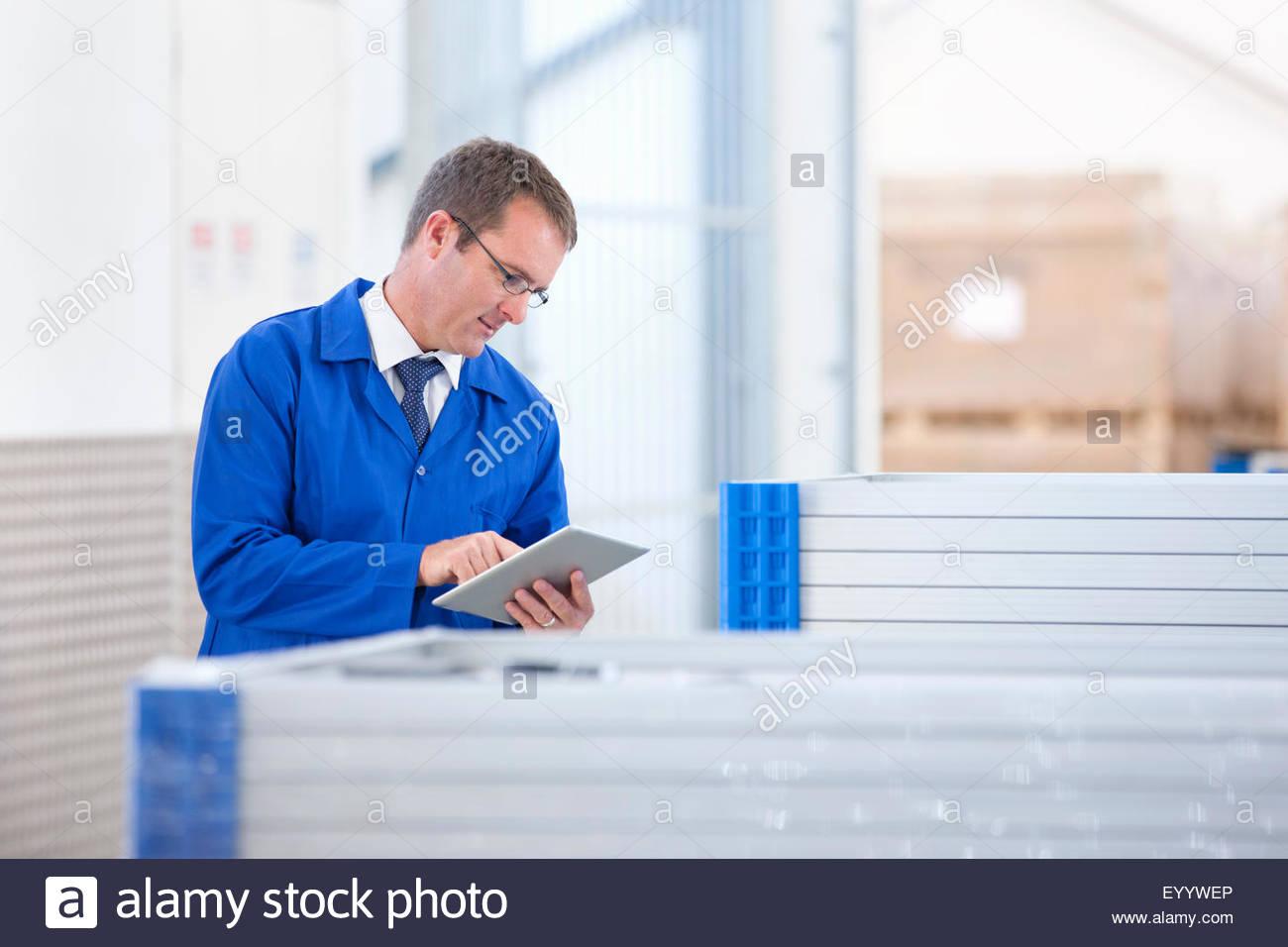 Trabajador supervisor control de stock de paneles solares en fábrica Imagen De Stock