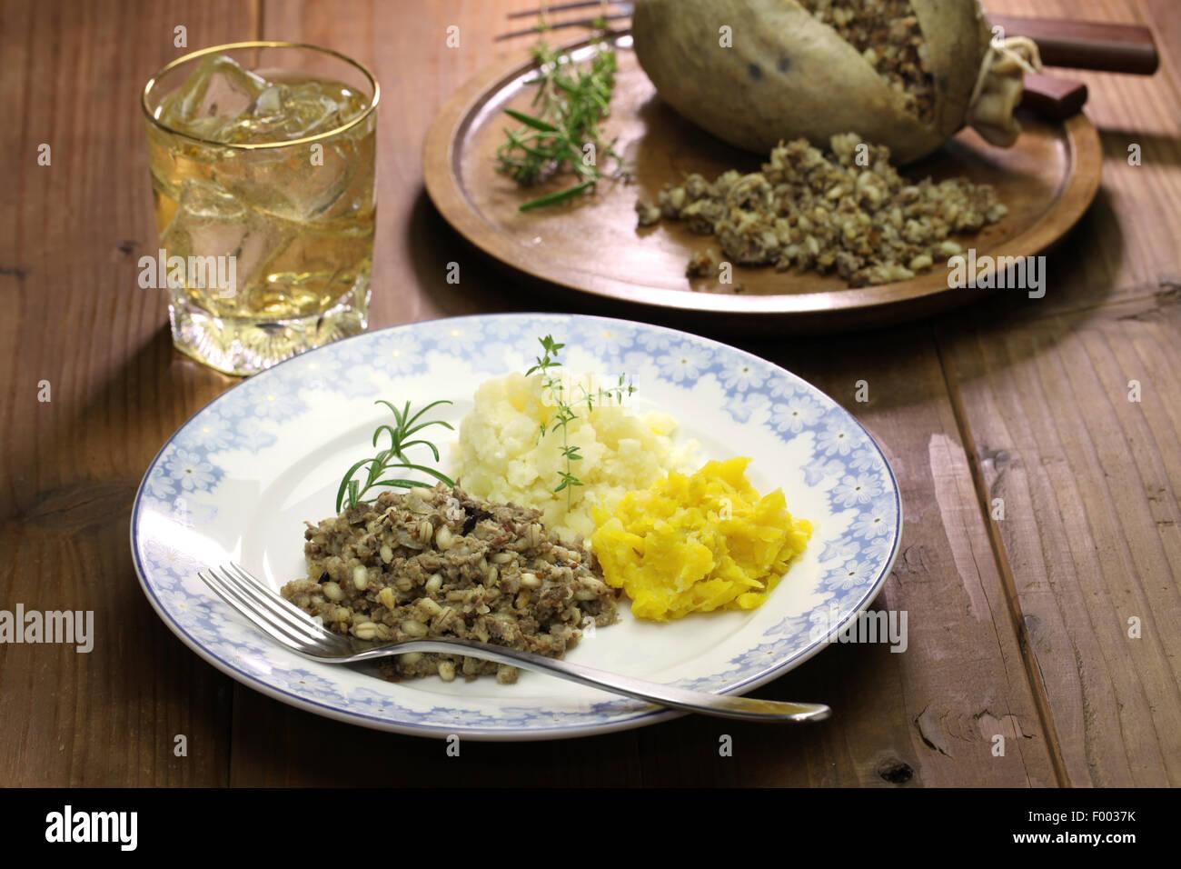 Haggis neeps y tatties scotch whisky, Escocia comida tradicional Foto de stock