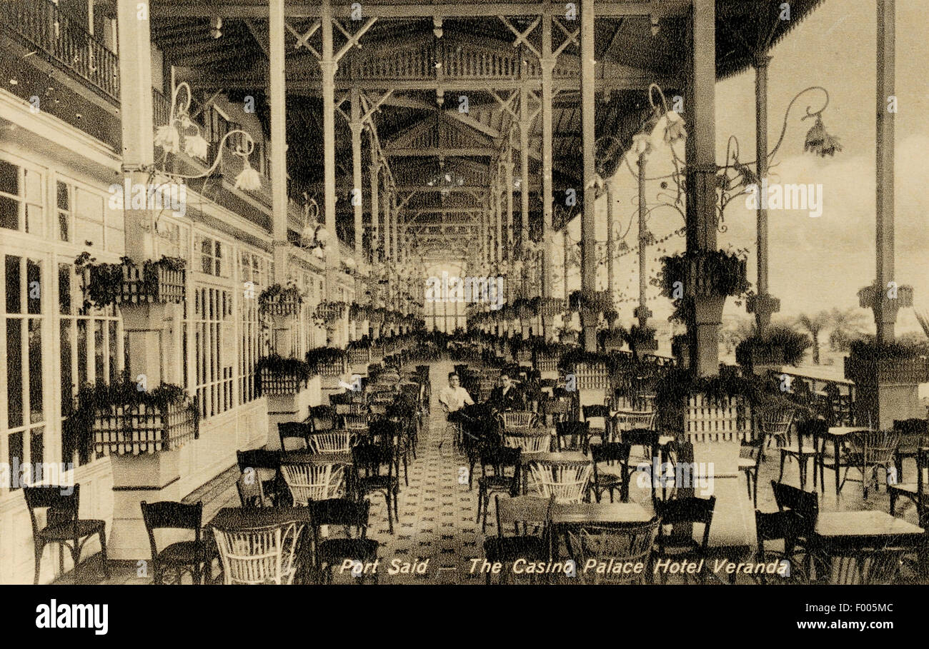 Port Said, Egipto - 1910 - Una postal shot del Casino Palace Hotel veranda, una ciudad multicultural en la desembocadura Foto de stock