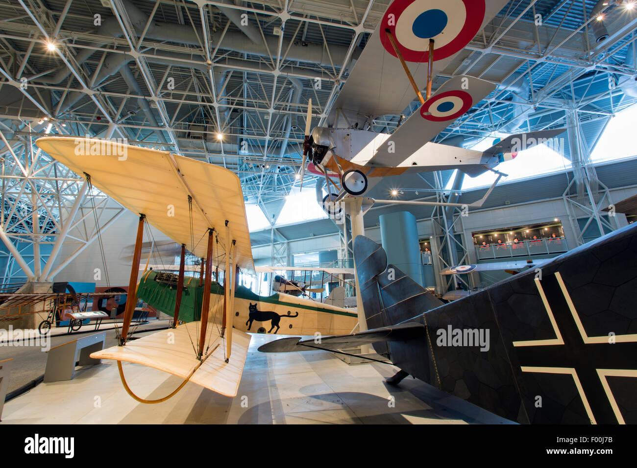 Ontario,Canadá, Ottawa, Canadá, la aviación y el Museo del Espacio, Nieuport 12 (arriba) y Curtiss JN-4 Canuk Foto de stock