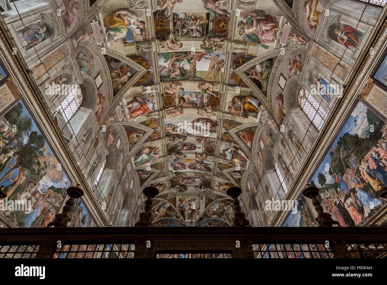 El techo de la Capilla Sixtina, pintada por Miguel Ángel. Los Museos del Vaticano, Ciudad del Vaticano, Roma, Italia Foto de stock