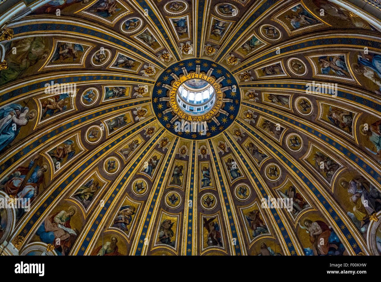 Cúpula interior. La Basílica de San Pedro, Ciudad del Vaticano. Roma. Italia. Imagen De Stock