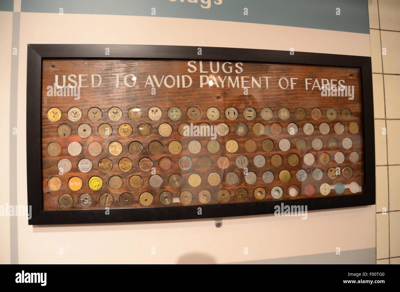 Museo de Tránsito de Nueva York tarifa tokens evasión babosas monedas falsas Imagen De Stock