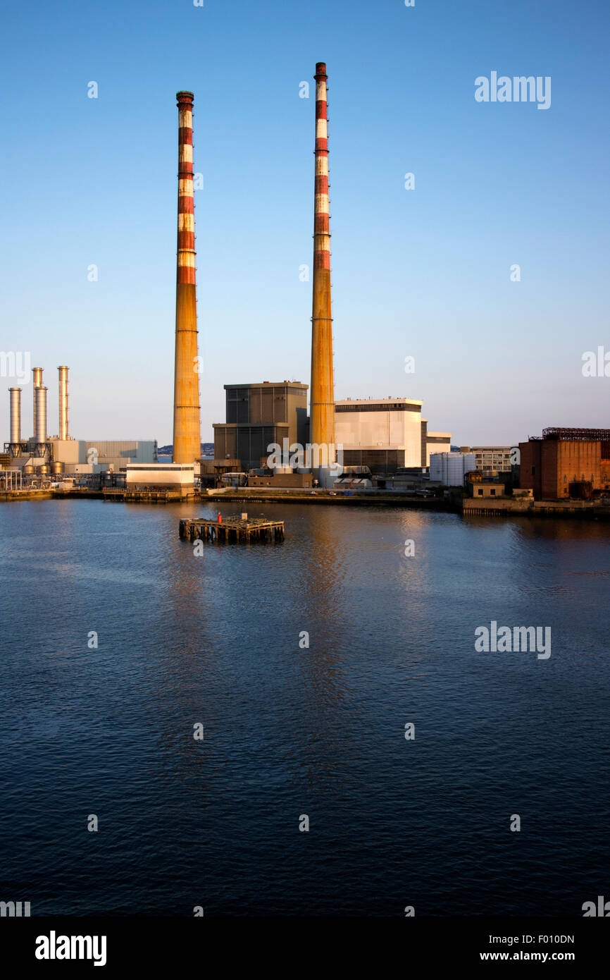 Poolbeg power station puerto de Dublín, República de Irlanda Foto de stock