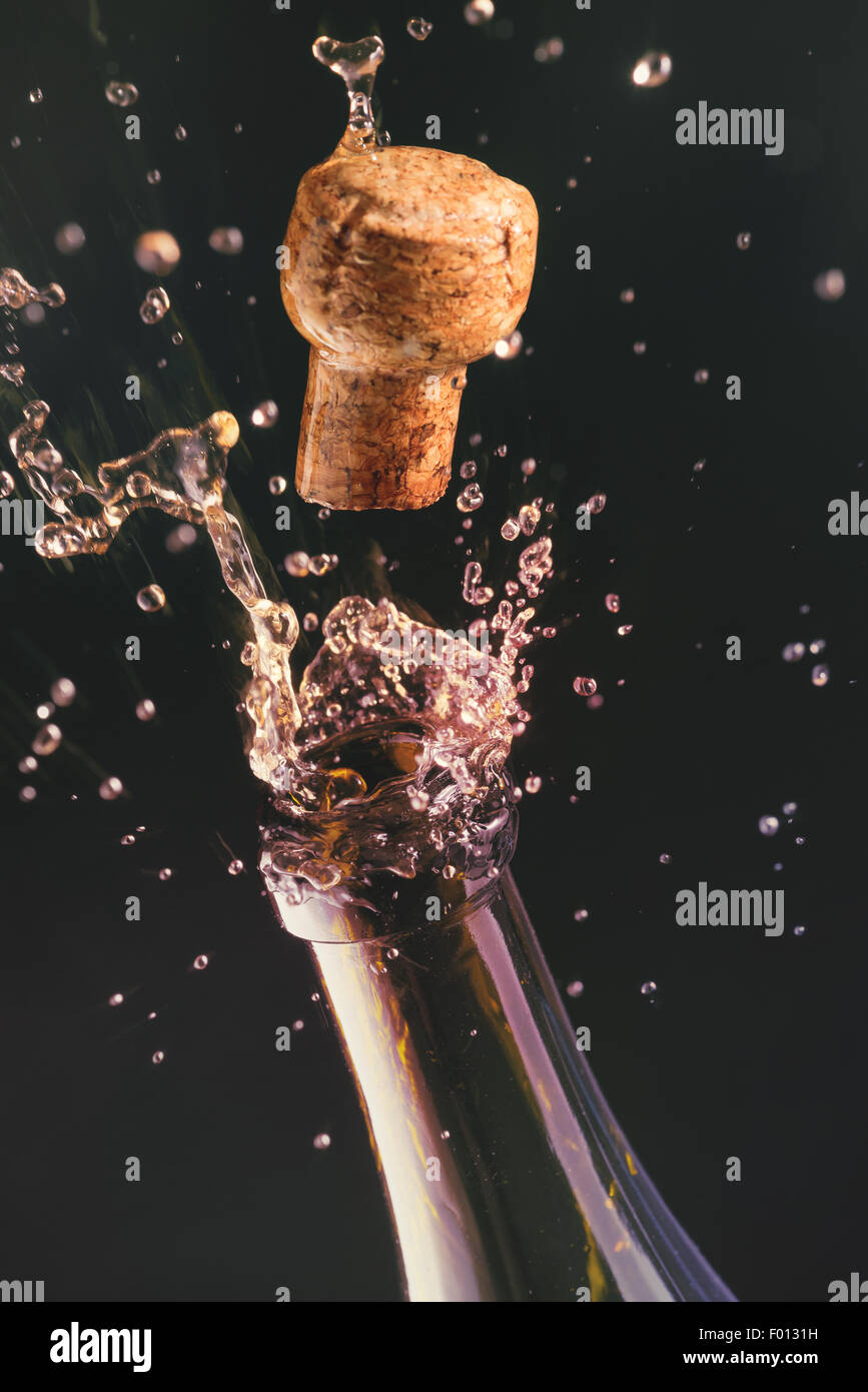 Abrir una botella de champaña. Concepto de celebración. Imagen De Stock