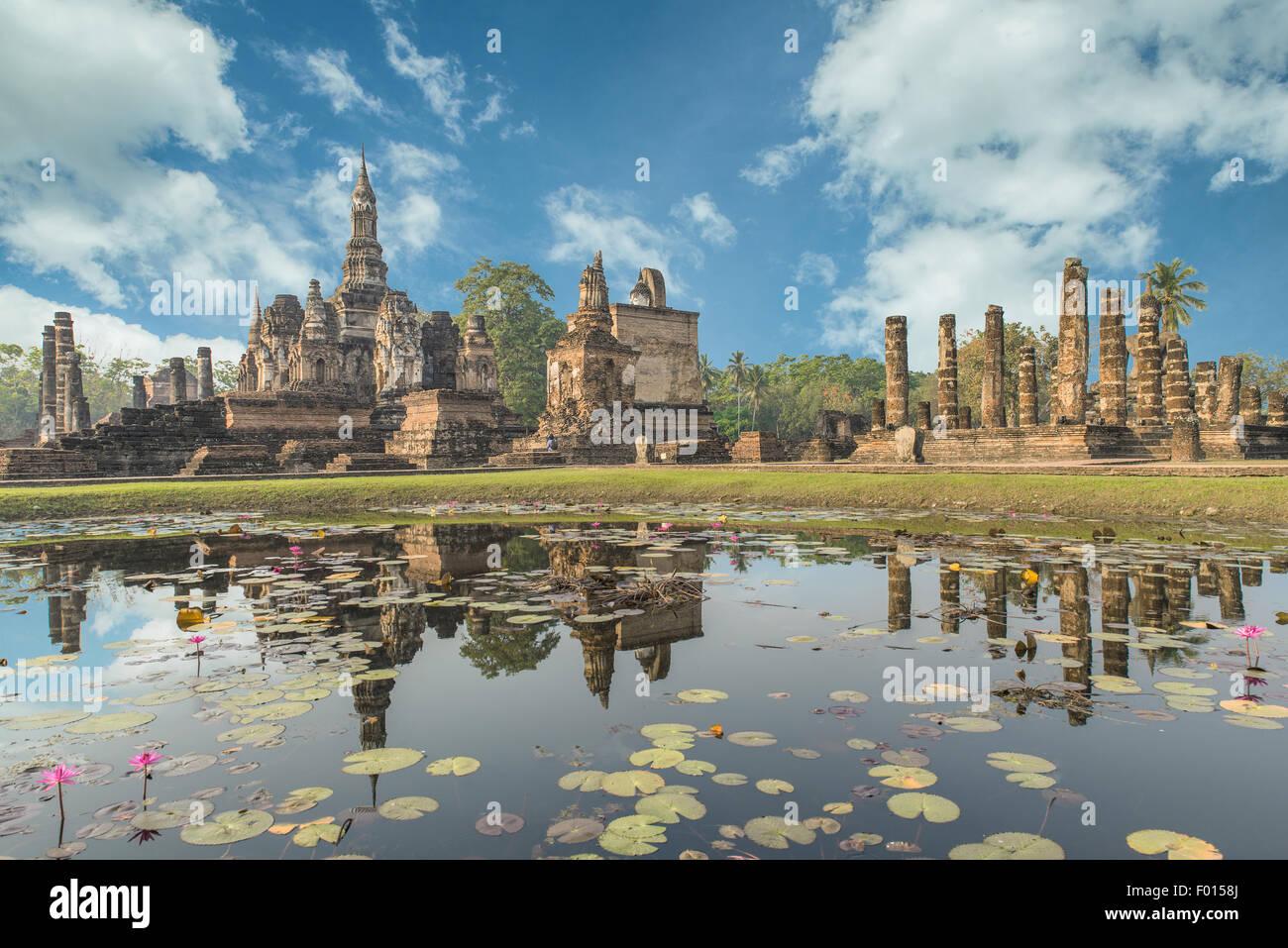 Estatua de Buda en Wat Mahathat en el Parque Histórico de Sukhothai, Tailandia Imagen De Stock