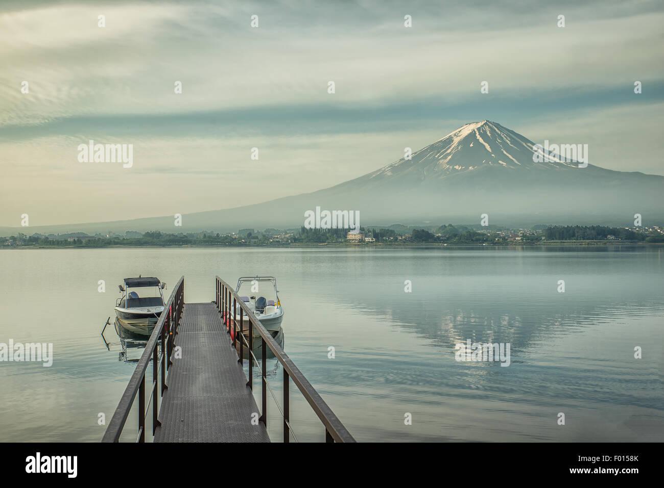 Mt.Fuji y embarcadero en Kawaguchiko, Japón Imagen De Stock