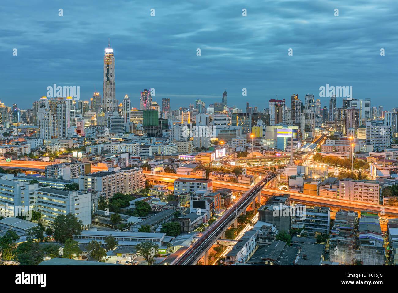 Vista de noche de la ciudad de Bangkok, Tailandia, con bonito cielo Imagen De Stock
