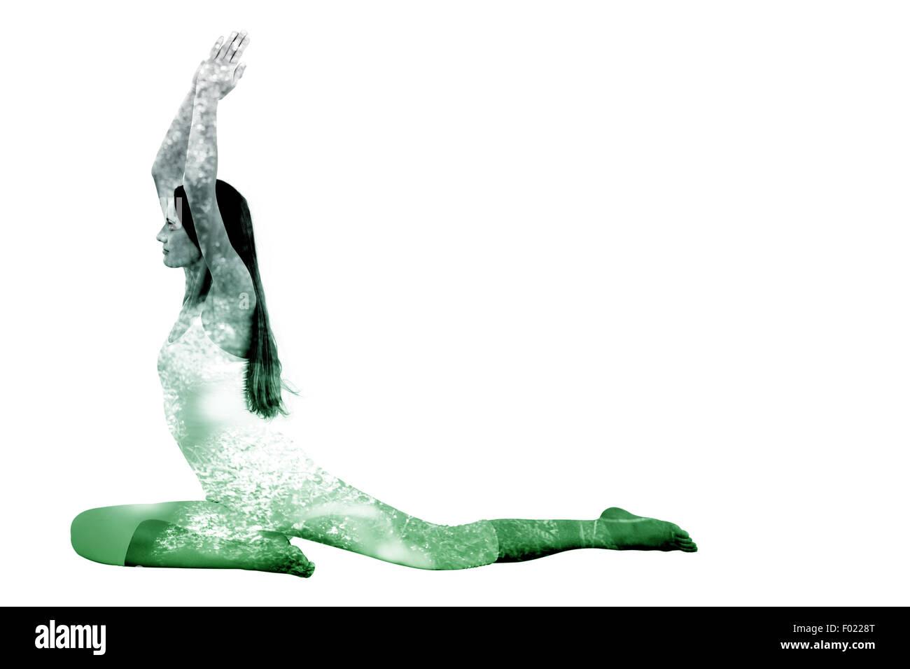 Imagen compuesta de mujer deportiva con las manos juntas sobre la cabeza en un estudio de fitness Imagen De Stock