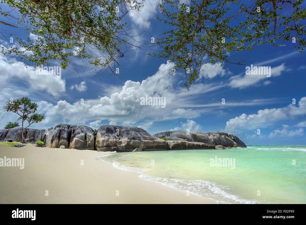 Las rocas de granito, sobre la playa, Belitung Isla Kepulauan Banka Belitung, Indonesia Foto de stock