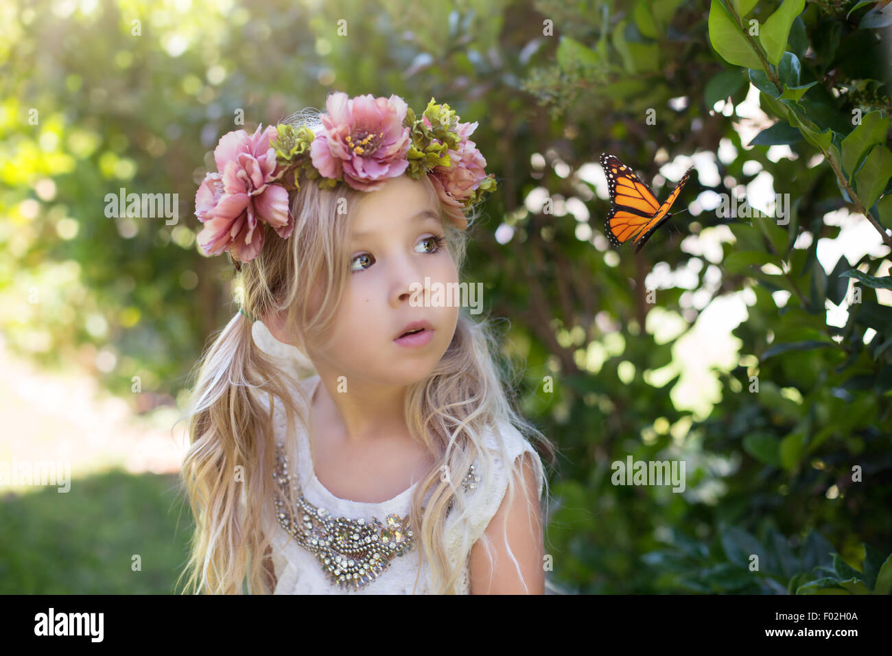 Chica viendo una mariposa Imagen De Stock