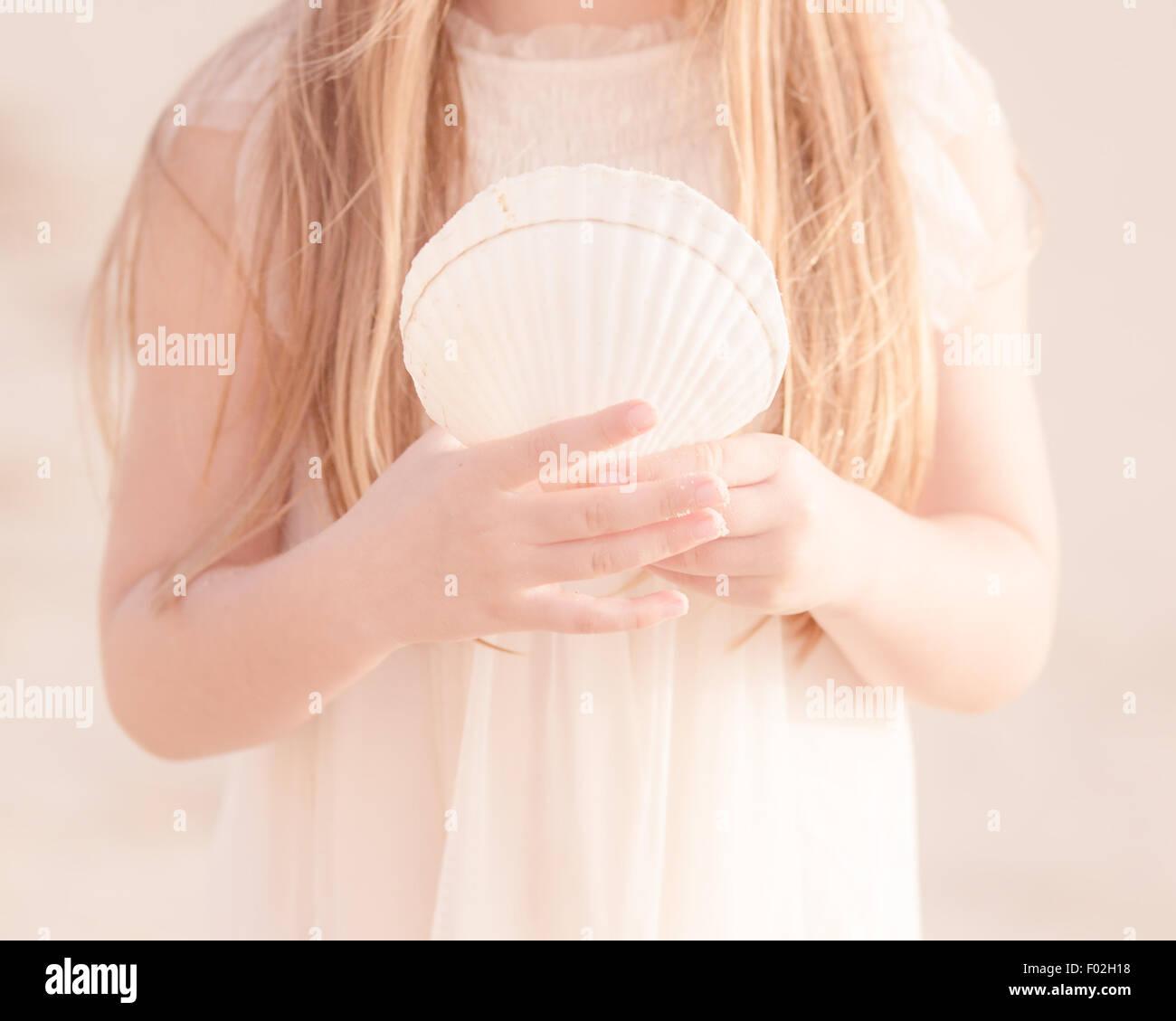 Close-up de una chica sujetando el Seashell Imagen De Stock