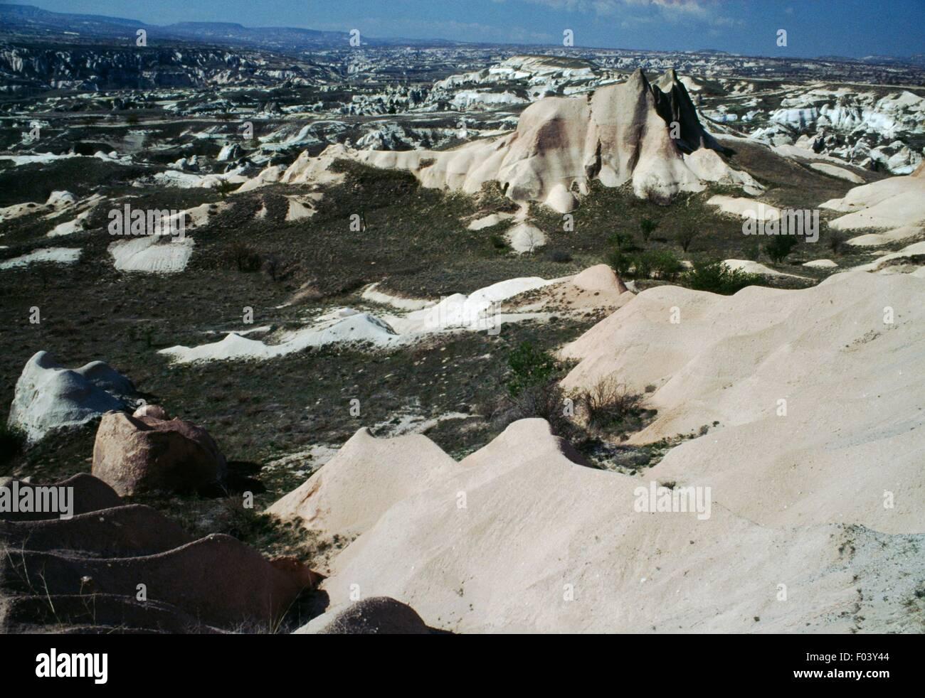 Con su peculiar paisaje erosionado formaciones de toba volcánica, Cappadocia, Turquía. Imagen De Stock