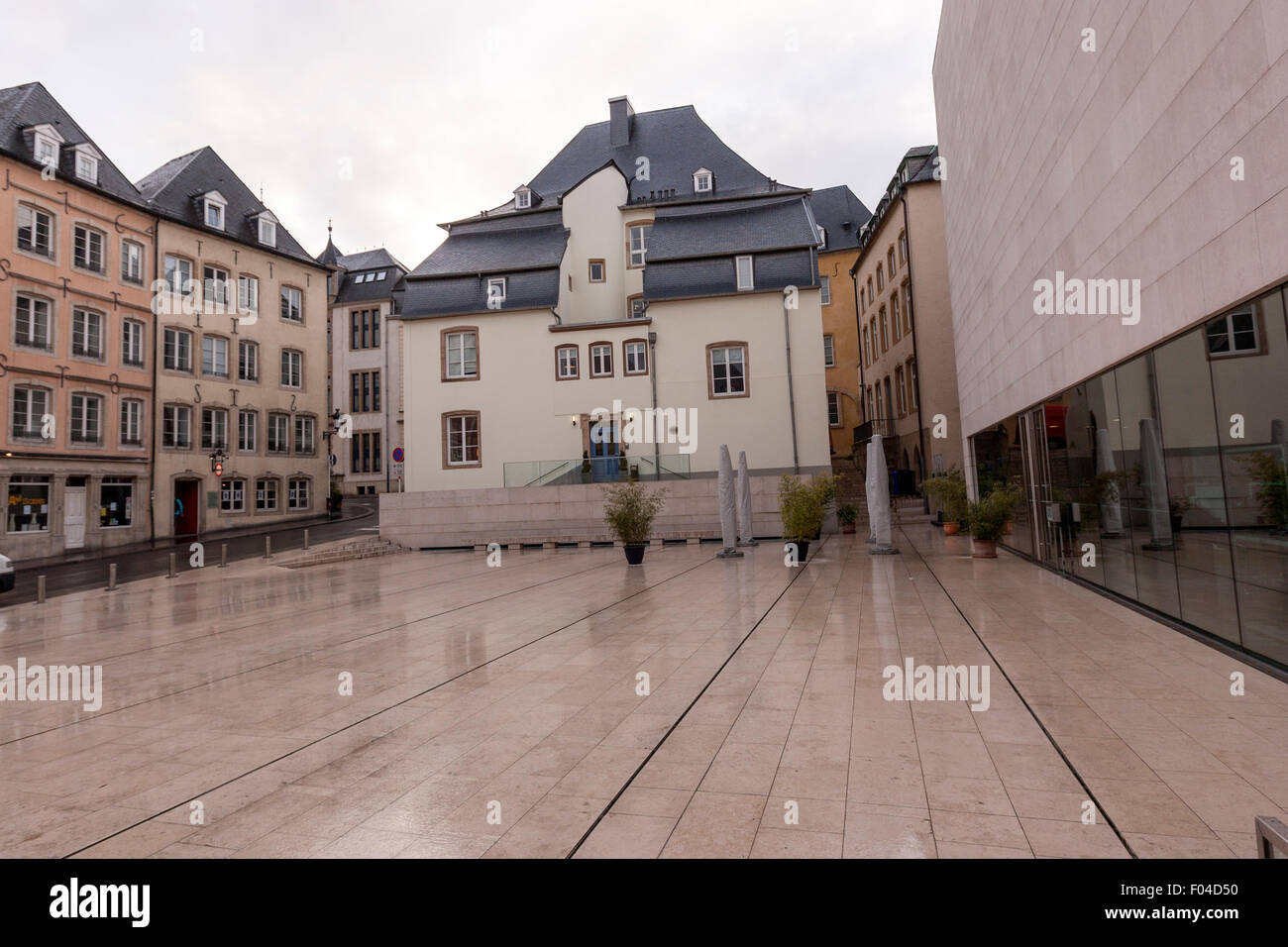 Marché-Aux-Poissons square, con el Musée National d'histoire et d'art Luxemburgo (MNHA) Foto de stock