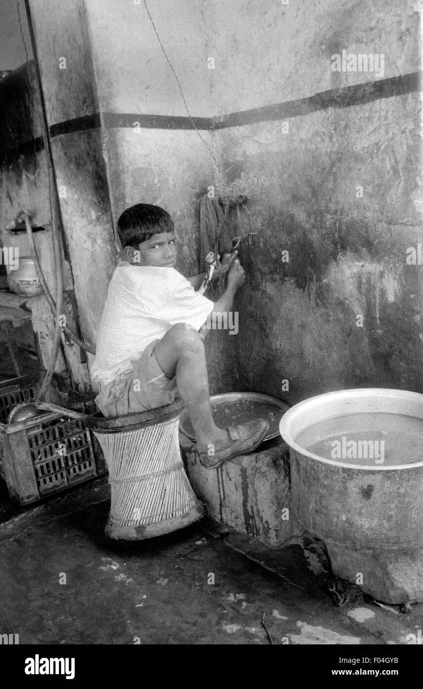 Los niños indios, lavando platos en un restaurante Brian mcguire Imagen De Stock