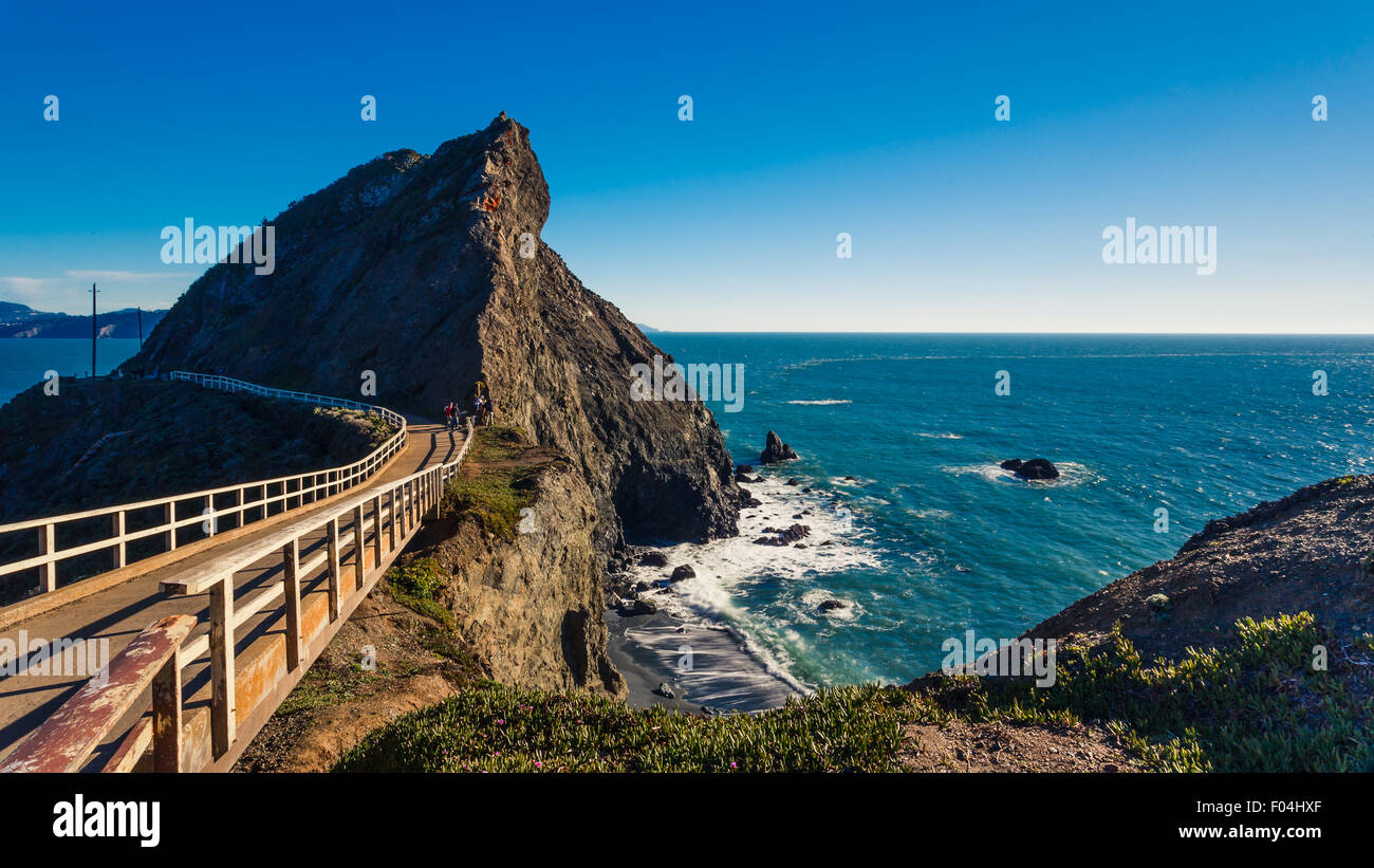 Bridge Trail hasta el faro de Punta Bonita en Marin con una vista del Océano Pacífico Imagen De Stock