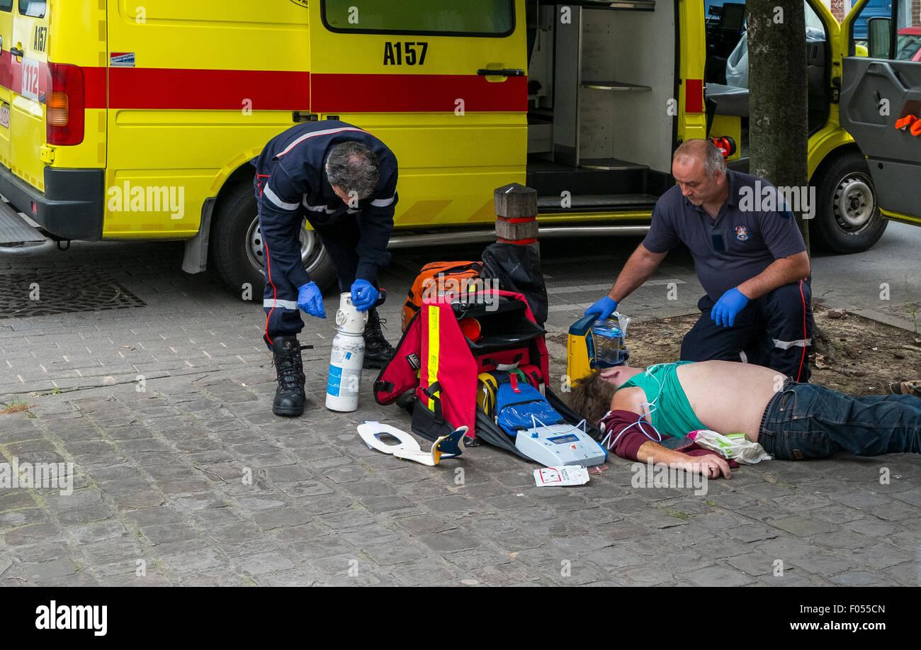 Equipo de respuesta de emergencia ambulancia víctima de accidente del tratamiento del paciente ataque cardíaco Imagen De Stock
