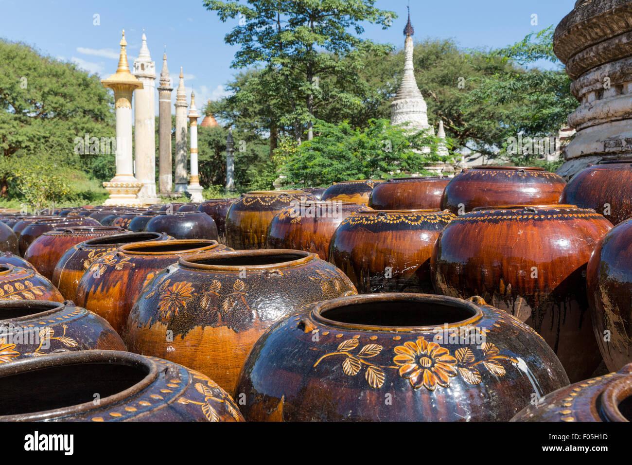 Martaban vasijas de agua cerca de la pagoda Shwezigon Paya () en Myanmar Nyaung U cerca de Bagan Imagen De Stock