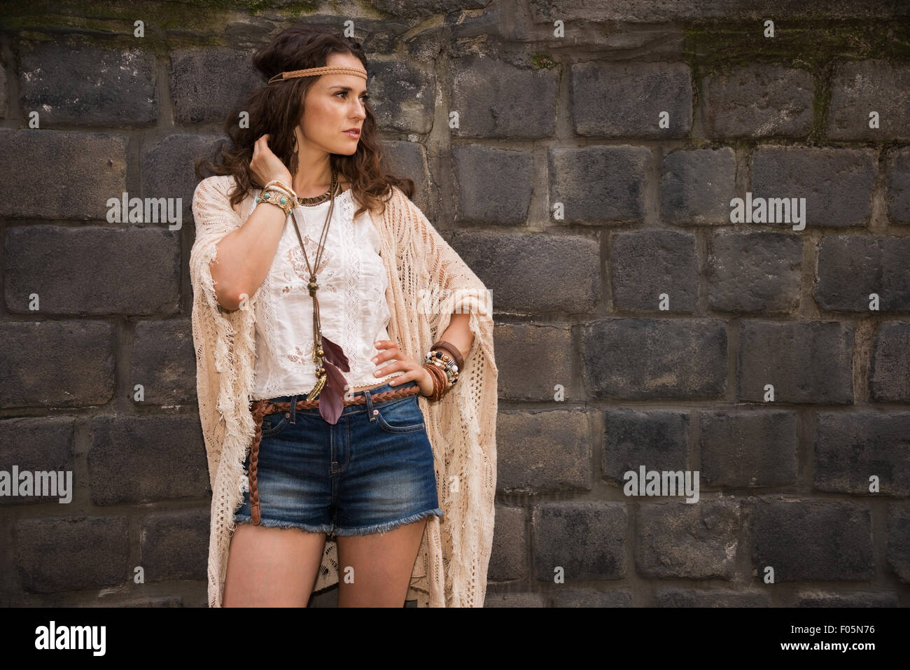1ca28ffab Longhaired señorita de aspecto hippie en pantalones cortos, jeans y ...