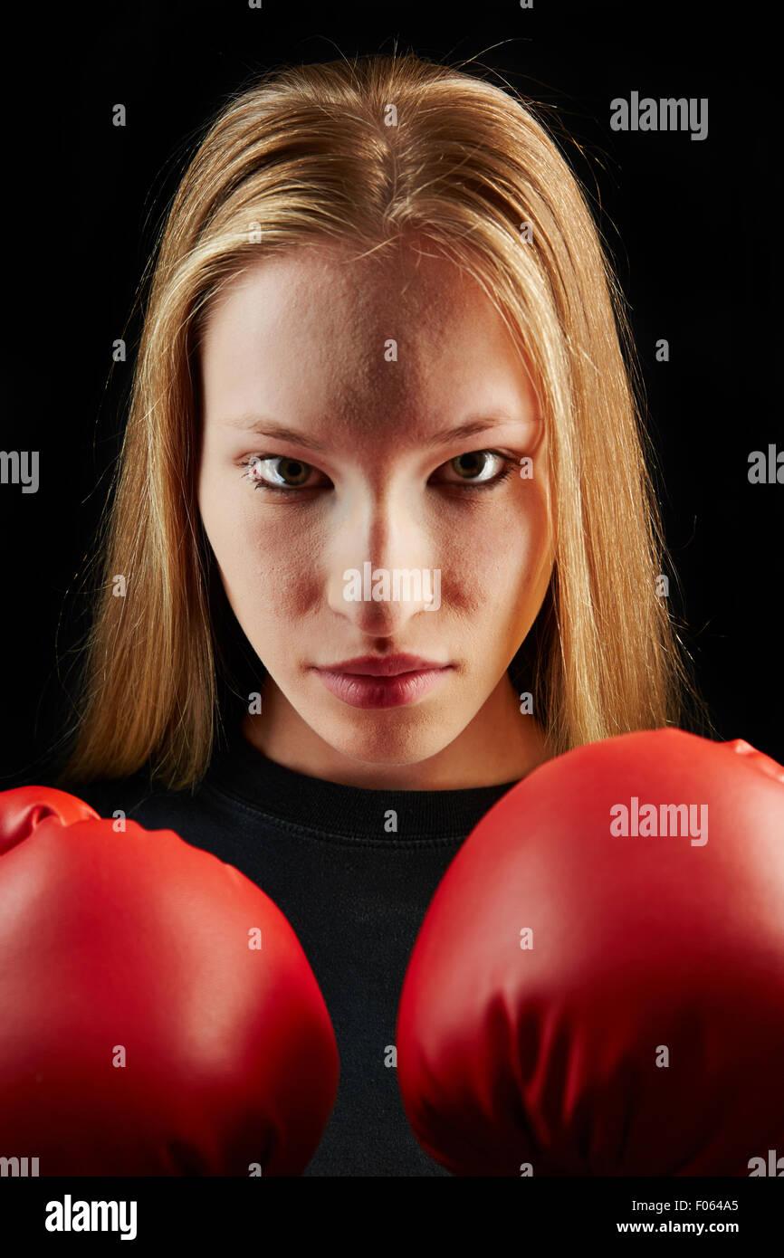 Joven Mujer rubia al boxeo entrenamiento con guantes de boxeo rojos Foto de stock